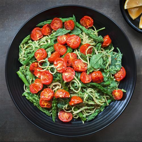 Zucchinispaghetti mit grünem Spargel, Tomaten und Pesto