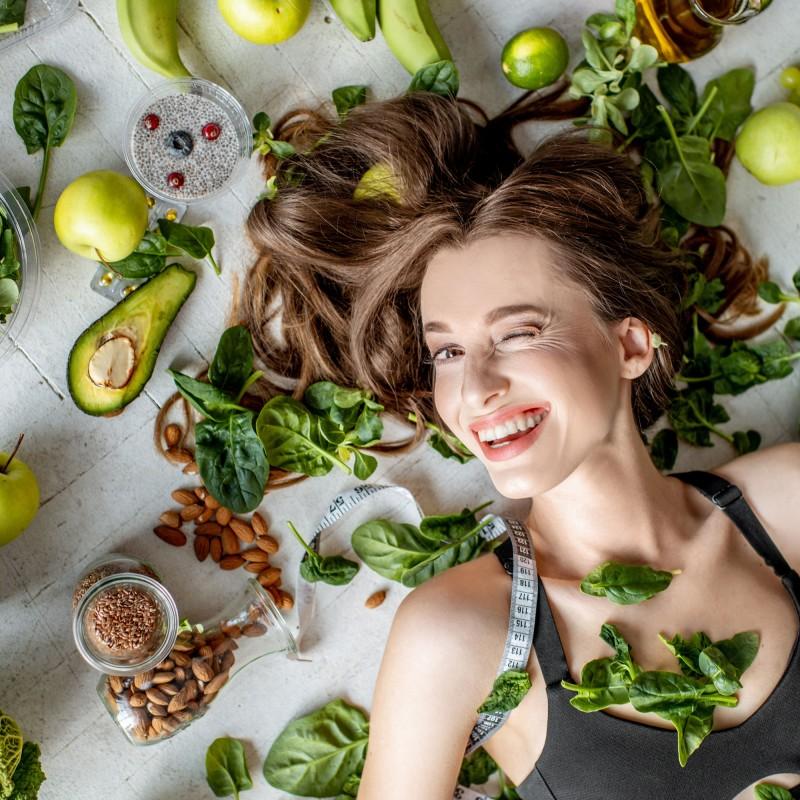 Sportliche Frau mit gesunden Lebensmitteln, Ernährung